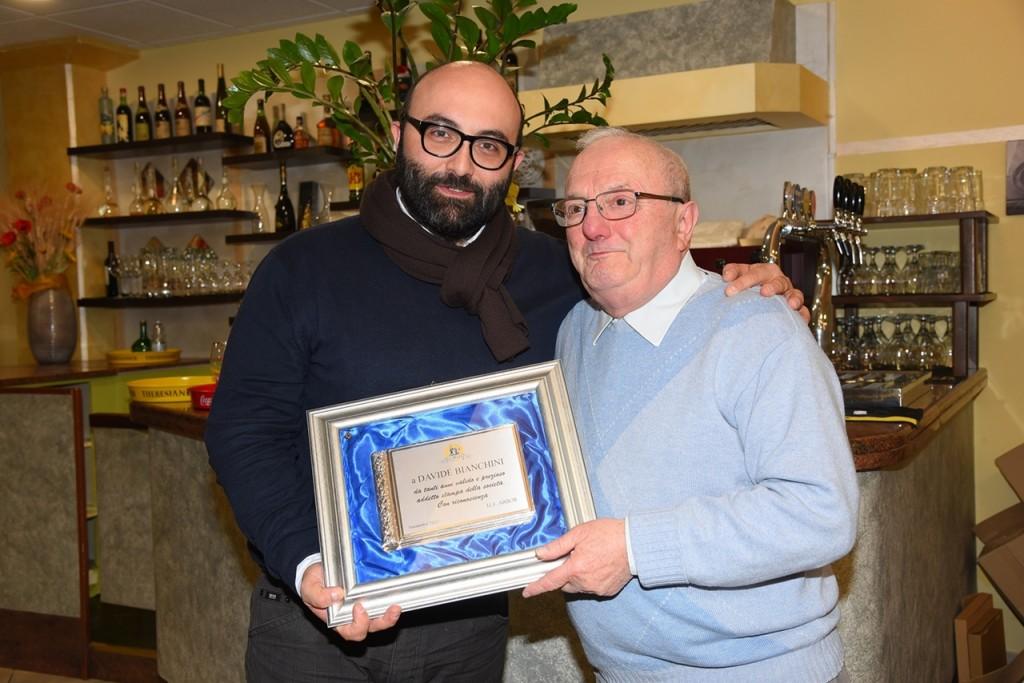 Davide Bianchini riceve il Premio Arbor dalle mani del presidente emerito Ermes Simonazzi