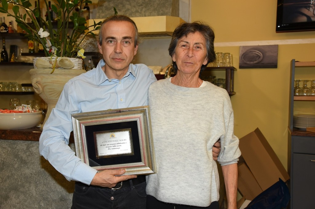 Fausto Dall'Aglio con il premio Arbor 2017 consegnatogli da Daniela Pulcini