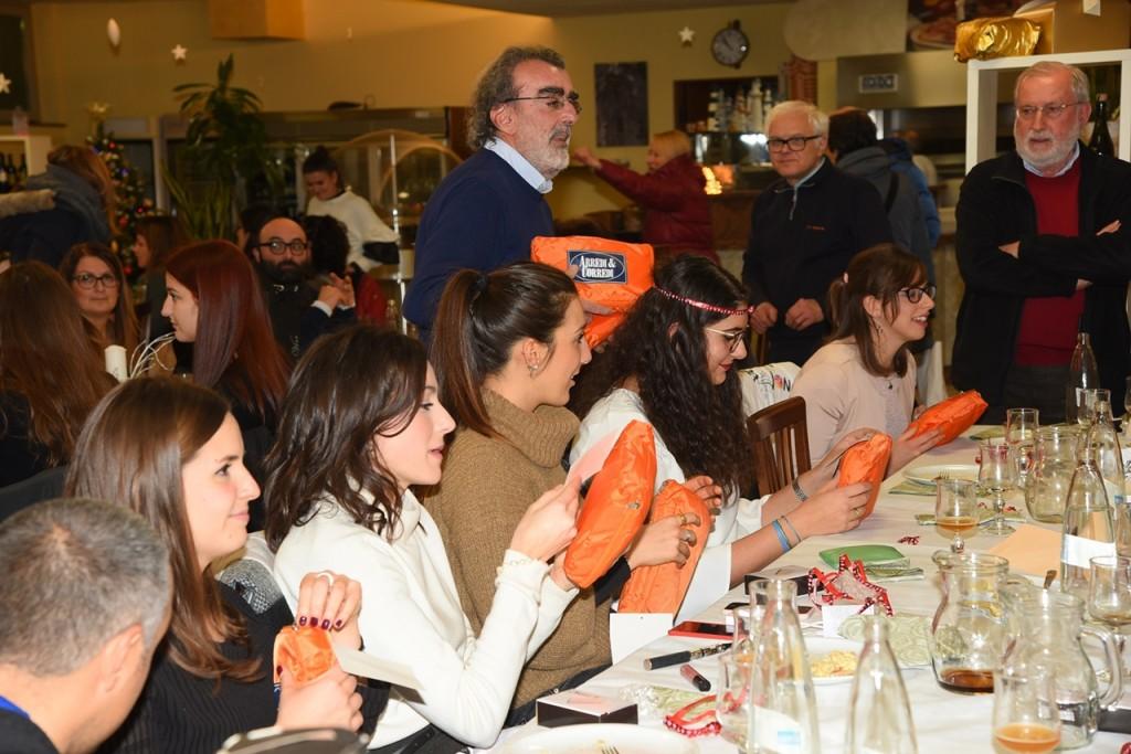 I dirigenti Gherardo Canovi, Flavio Vezzani e il presidente Raffaello Simonazzi distribuiscono i doni