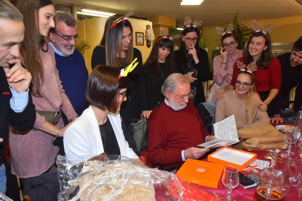 Il presidente Raffaello Mazzacani riceve un omaggio da parte delle giocatrici e dello staff dell'Interclays Itarca Arbor