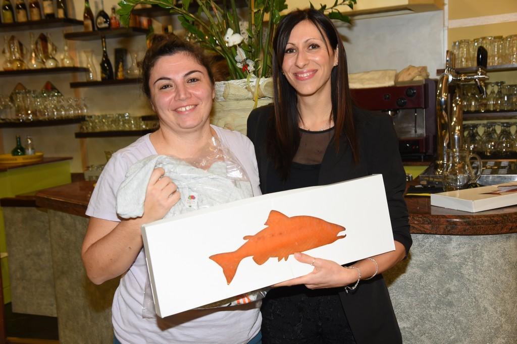La responsabile del settore giovanile dell'Arbor Elena Bondavalli premiata con il salmone offerto dallo sponsor Itarca Spa. Consegna il premio Serena Soliani