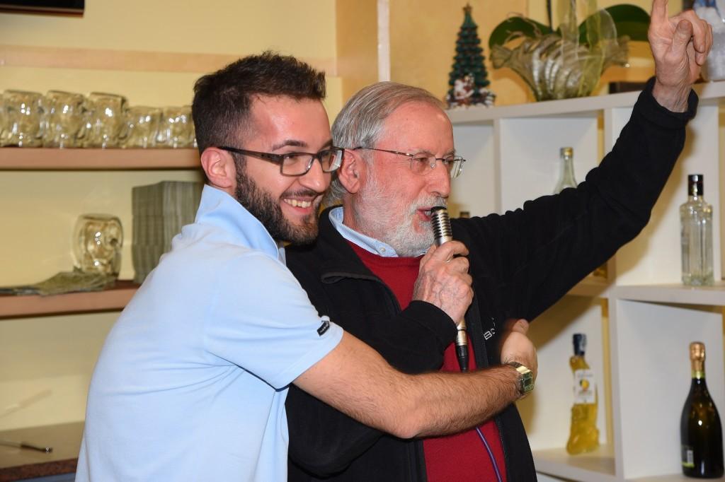 Raffaello Mazzacani, presidente dell'Us Arbor, con Fabio, il titolare del ristorante pizzeria Il Faro