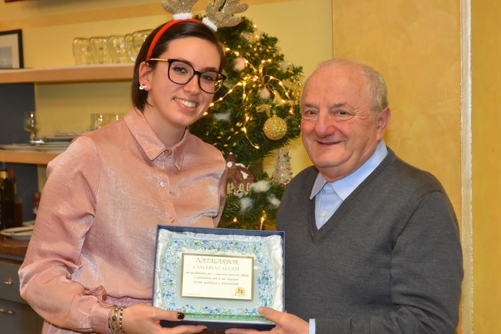 Valeria Caluzzi premiata al presidente onorario Ermes Simonazzi